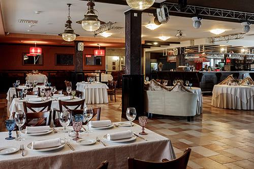 Банкетный зал для свадьбы со сценой и танцполом